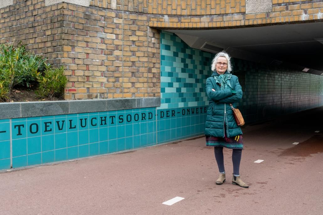 Kunstenares Louise Hessel bij de Spinozabrug
